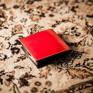 二色の組み合わせが人気のメンズ二つ折り財布