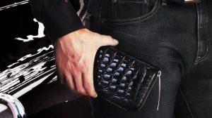 黒が輝くクロコダイルのメンズ長財布