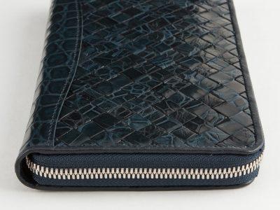 周りに差が付くクロコダイルの長財布はコバもきれい。
