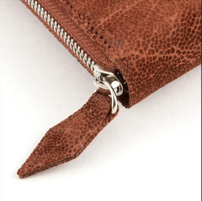 象革の長財布で個性的に