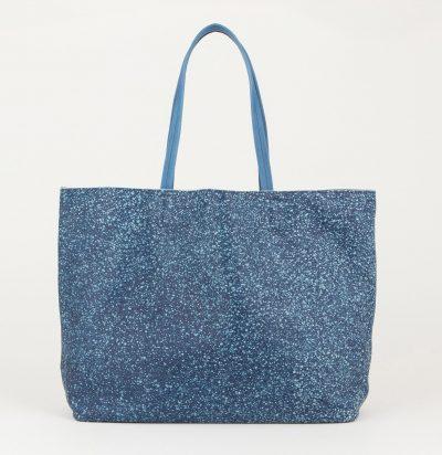 夏のリゾートコーデにぴったりの藍色スクモレザーのトートバッグ