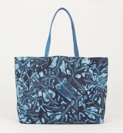 リゾートコーデを感染させる藍色スクモレザーのメンズトートバッグ